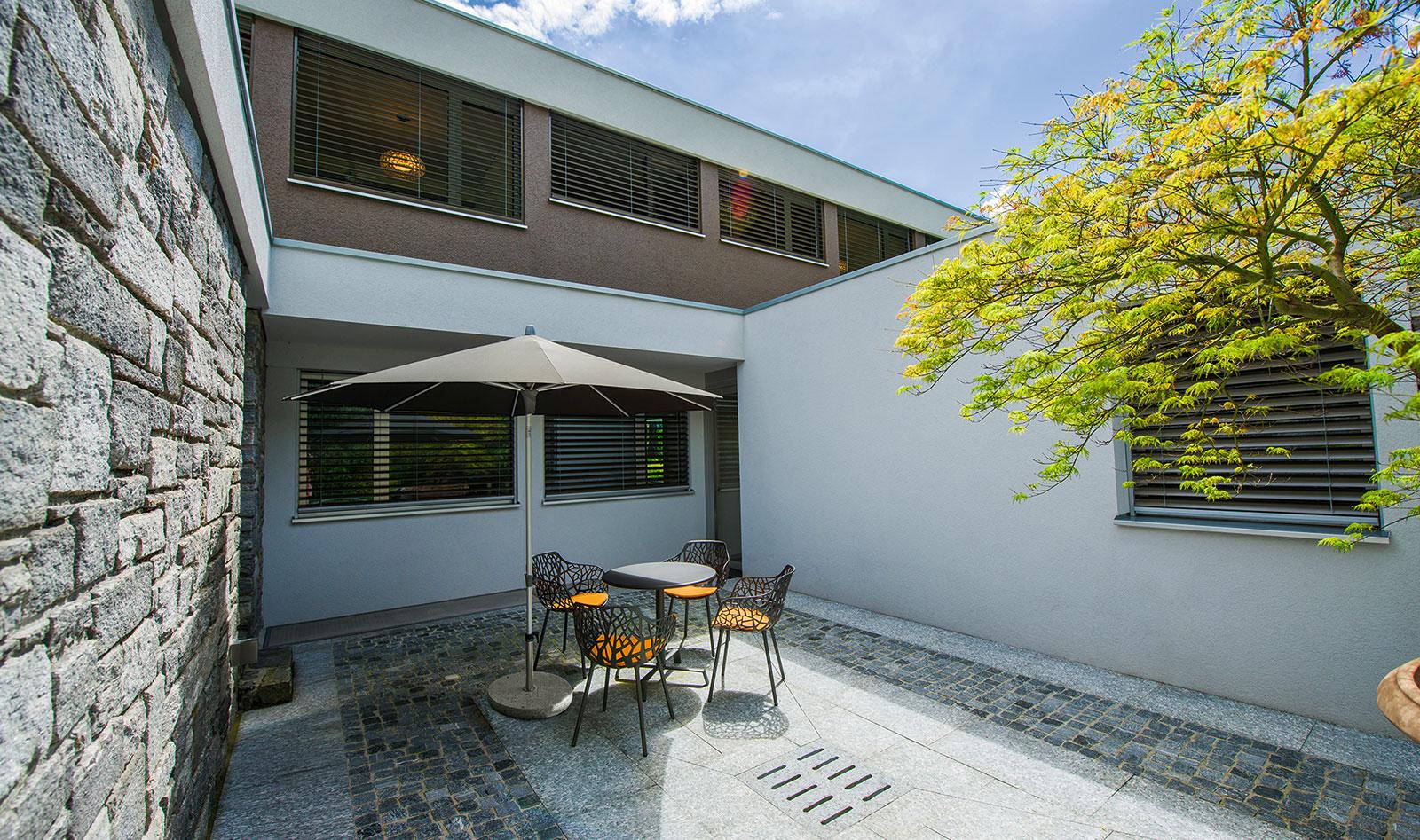 Ein Innenhof mit großem Sonnenschirm
