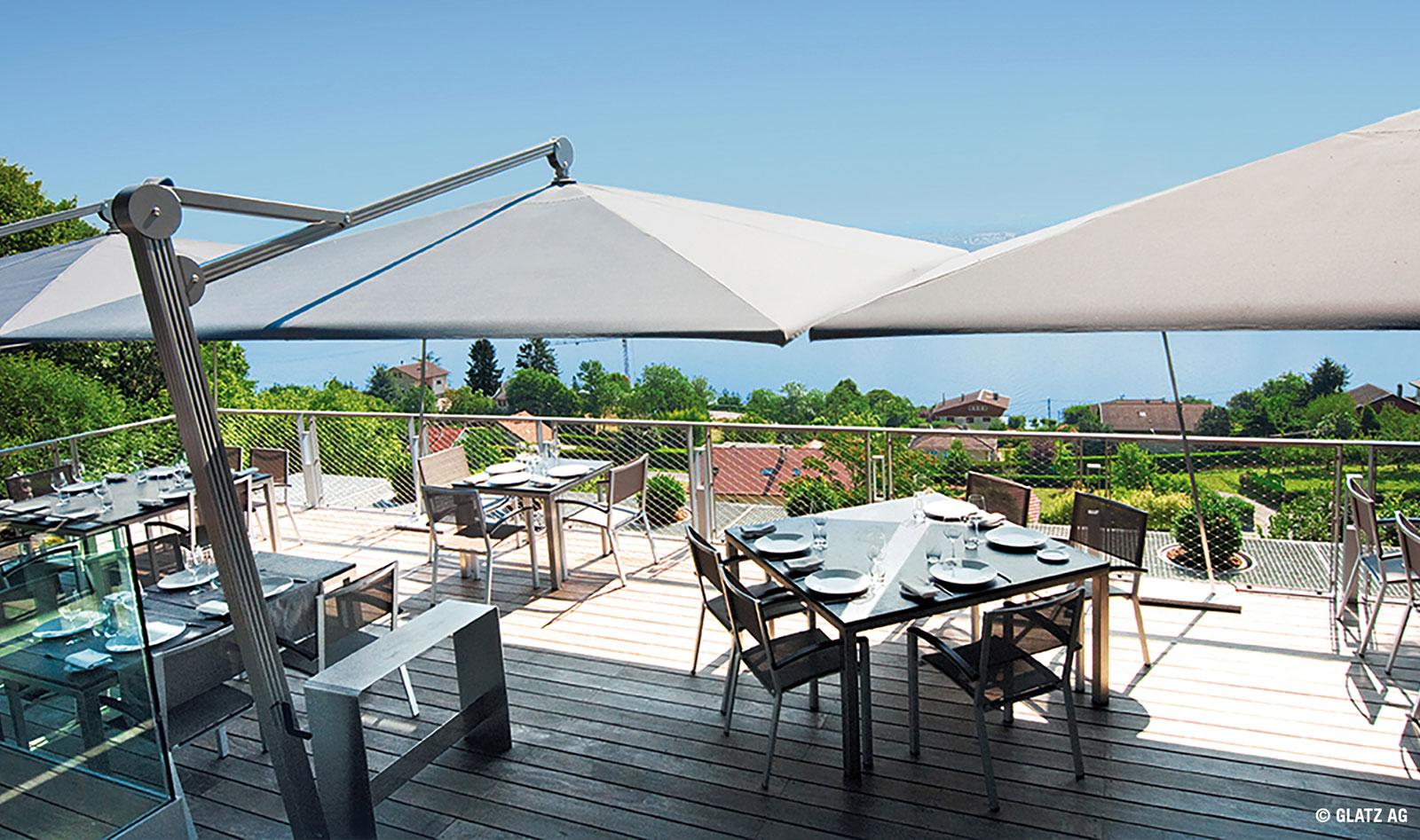 Auf Terassen in der Gastronomie sind große Sonnenschirme ideal
